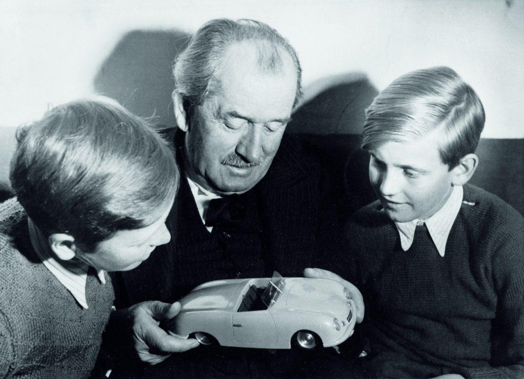 Der Aufsichtsratsvorsitzende des VW-Konzerns Prof. Dr. h.c. Ferdinand K. Pi ch wird 70 Jahre alt/1949, Ferdinand Porsche mit seinen Enkelkindern Ferdinand Pi ch (rechts) und Ferdinand Alexander Porsche, in der Hand hat er ein Modell des Porsche 356 Nr.1