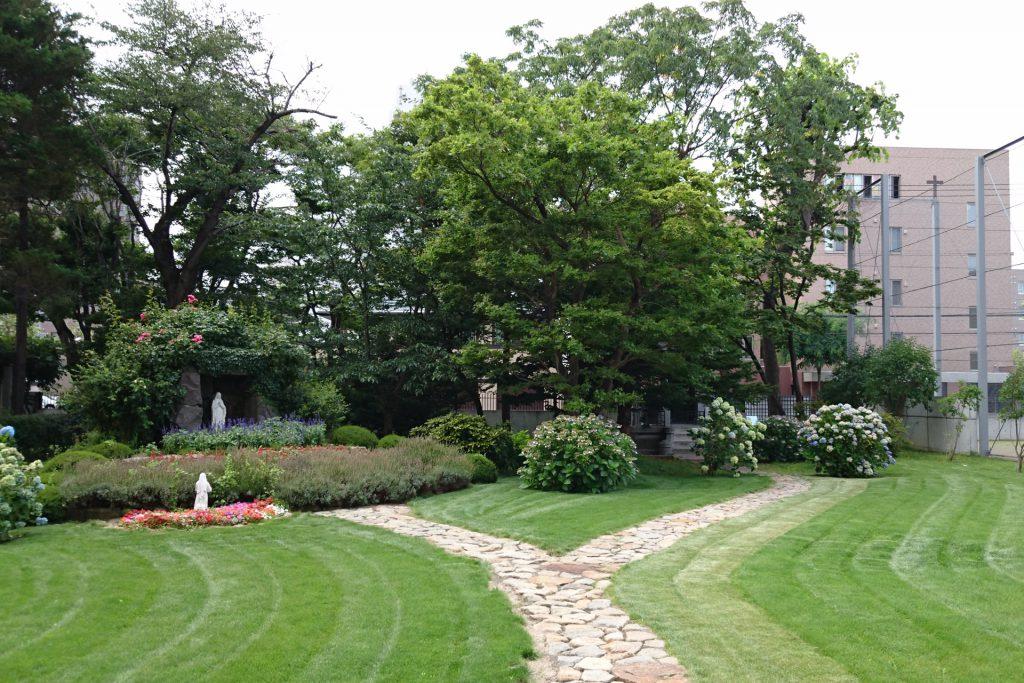 綺麗に手入れされた庭の奥に奉安殿がある