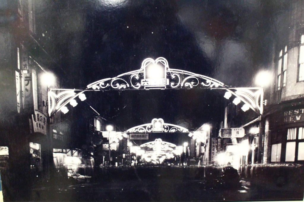 戦後復活した鈴蘭灯が夜を照らす