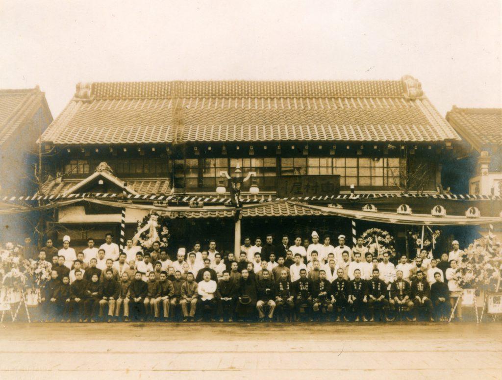 昭和2年、喫茶部開設当日の記念写真
